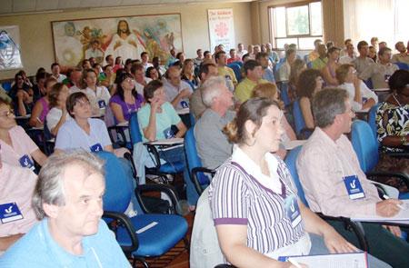 Alguns dos participantes na escuta atenta do professor
