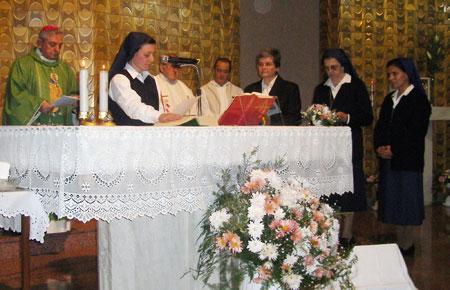 Romina pronuncia la fórmula de la Profesión Religiosa